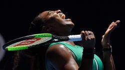 Serena geeft in beslissende set 5-1 weg en wringt vier matchballen de nek om tegen Pliskova, die in halve finale Osaka treft
