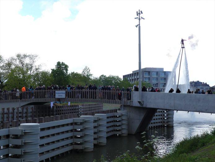 Veel volk kijkt van op de Brielpoortbrug naar het spektakel op het water.