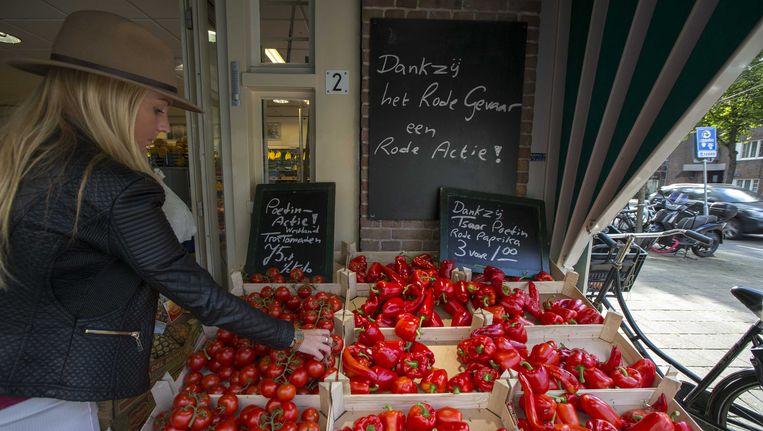 Bij een groentekraam aan de Stadionweg in Amsterdam worden tomaten en paprika's verkocht met verwijzingen naar de Russische boycot. Beeld ANP