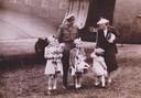 Het koninklijk gezin is herenigd op vliegveld Teuge.