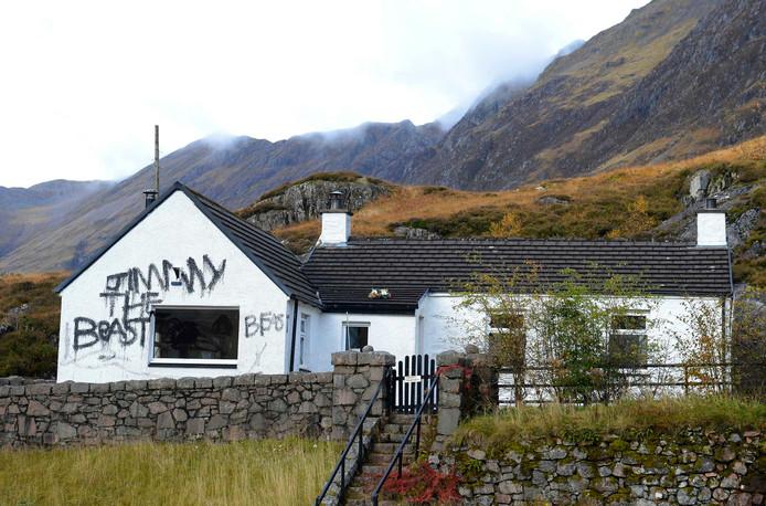 De verlaten bergwoning viel ten prooi aan vandalen, die er 'Jimmy het beest' op kladderden.