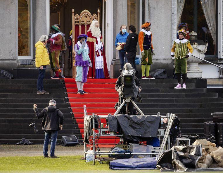 Bij Paleis Soestdijk worden televisieopnames gemaakt van Sinterklaas.  Beeld ANP