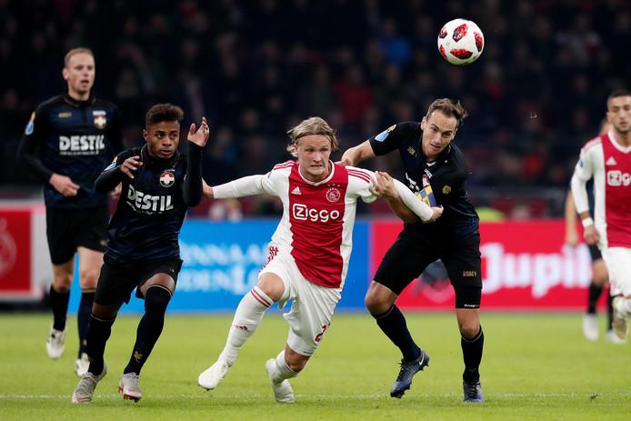 Palacios en Heerkens in duel met Dolberg tijdens Ajax - Willem II