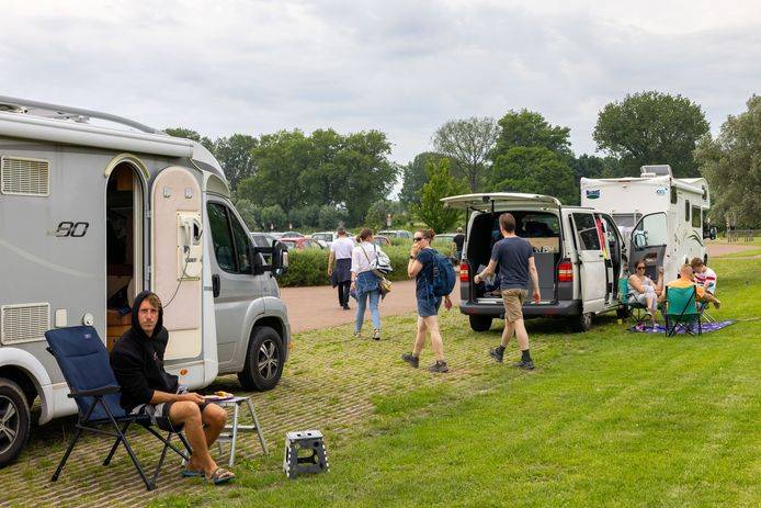 Camperplaats Slot Loevestein telt vier plaatsen. Meestal staan er veel meer campers en dat zorgt voor overlast.
