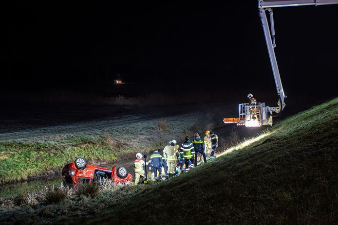 Het slachtoffer werd door de brandweer met een hoogwerker uit zijn auto getakeld.