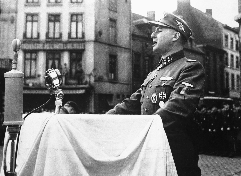 Rex-leider Léon Degrelle spreekt het Waalse Legioen van de Waffen-SS toe in Charleroi tijdens WOII.