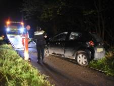 Auto crasht in Wolfheze, inzittenden laten blikken bier achter en vluchten weg