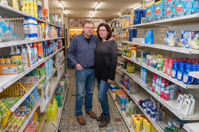 Jos en Brigitte te Wierik van de Troefmarkt in Heijen in hun zaak in de Nieuwwijkstraat.