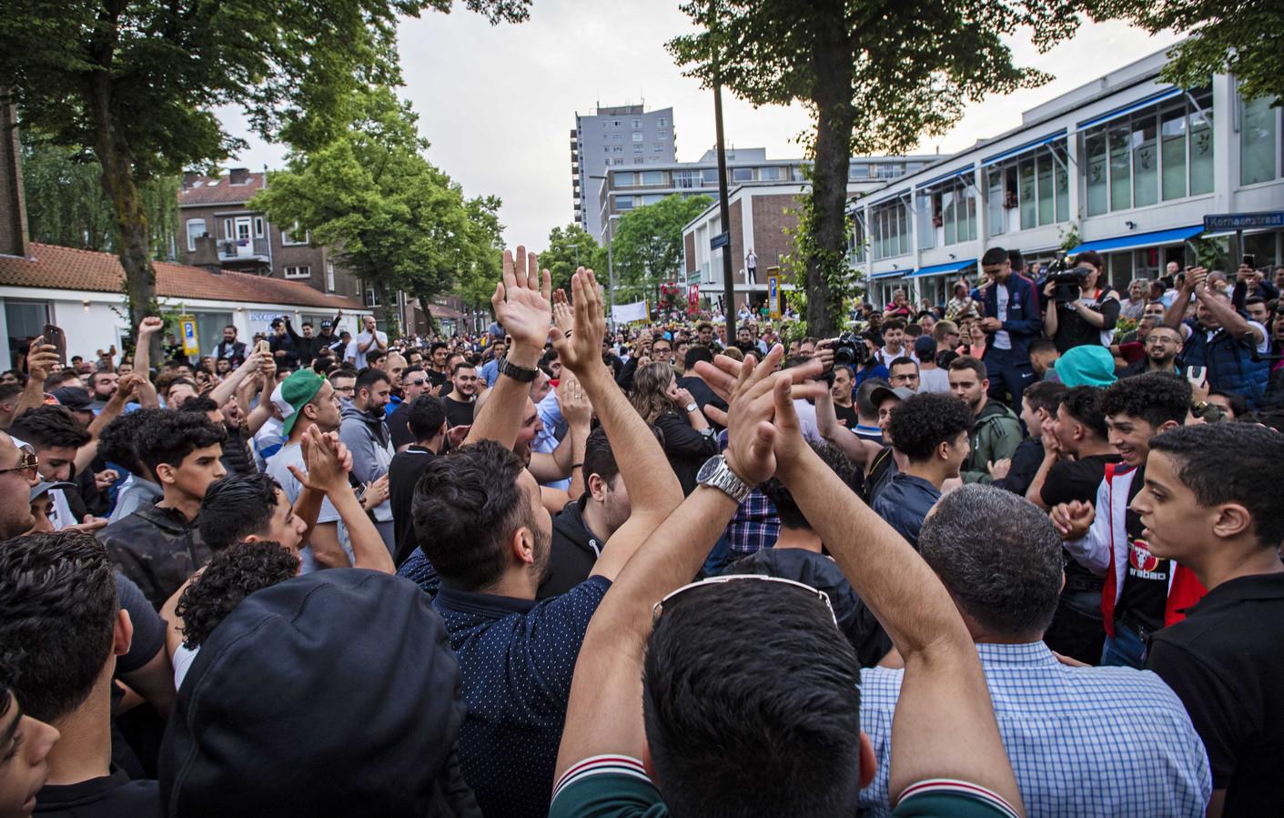 Een menigte heeft zich opgesteld bij de Laleli-moskee waar anti-islamgroep Pegida een demonstratie wilde houden.