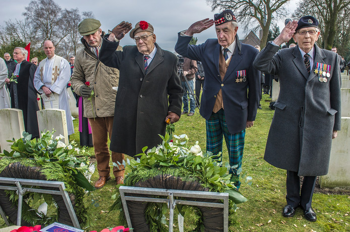 Veteranen herdenken de bevrijdingsoperatie op de militaire begraafplaats in Milsbeek.