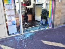 Automobilist rijdt bijna reisbureau in Oudenbosch binnen, ruit ligt aan diggelen