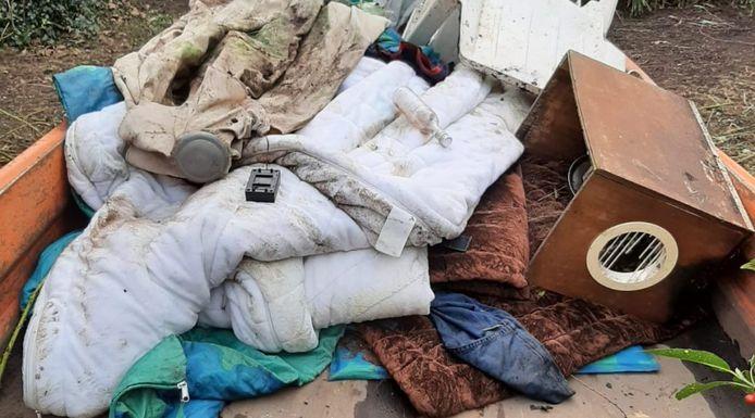 De spullen die gevonden zijn op de daklozenslaapplek zijn verzameld en verwijderd.
