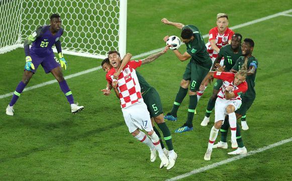 Troost-Ekong neemt Mandzukic stevig vast. Een strafschop is het logische resultaat.