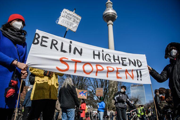 Betogers protesteren tegen de stijgende huren en speculatie op de woningmarkt.  Beeld EPA