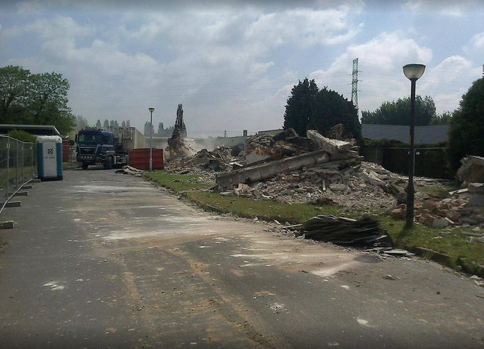 Bij de afbraak heeft de aannemer onvoldoende rekening gehouden met de aanwezigheid van asbest.
