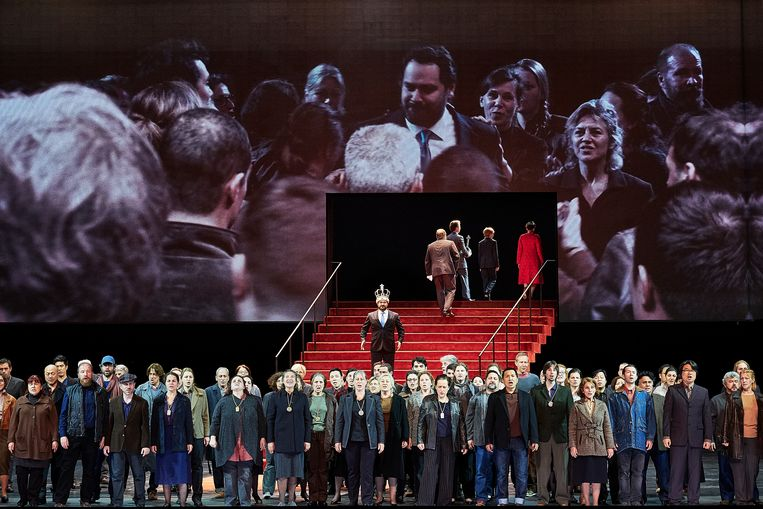 Boris Godoenov (Ildar Abdrazakov) is net tot tsaar gekroond in Ivo van Hove's Parijse enscenering van Moessorgski's gelijknamige opera. Beeld Agathe Poupeney / Divergence