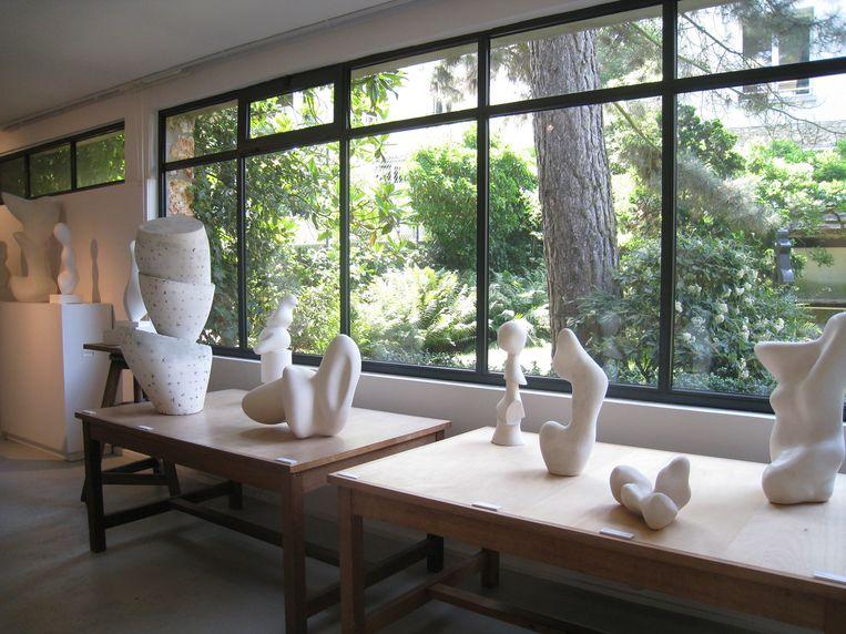 Het kunstenaarskoppel werkte samen in deze atelierwoning, tot Sophie Arp op haar 53ste stierf. Pas jaren na haar dood kwam Hans terug naar Meudon.  Beeld RV