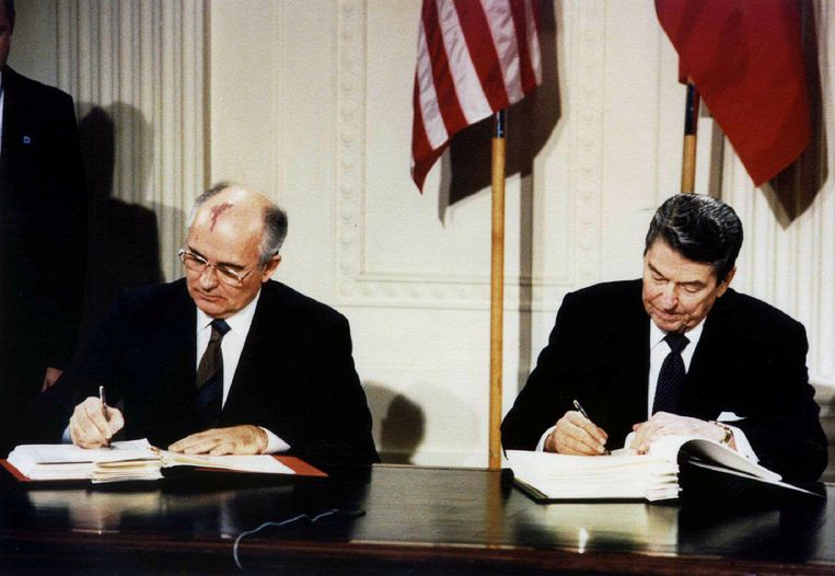 Oud-president Ronald Reagan en de voormalige Russische leider Michail Gorbatsjov tekenen het INF-verdrag in 1987. Beeld REUTERS