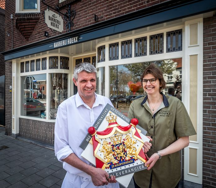 Etiënne en Miriam Hoekx voor hun bakkerij aan de Leenderweg in Valkenswaard.