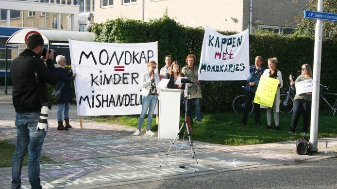 Actievoerders van Viruswaarheid protesteren tegen de mondkapjesplicht op het Farel College.