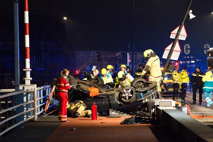 Op de Oranjelaan in Dordrecht is na een eenzijdig ongeval een auto over de kop geslagen. Eén van de drie inzittenden kwam daarbij klem te zitten in het voertuig.