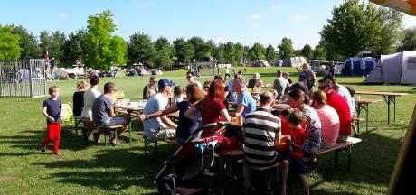 Enschedese wijk kampeert samen in het park: 'Mooi als een leuk burencontact ontstaat'