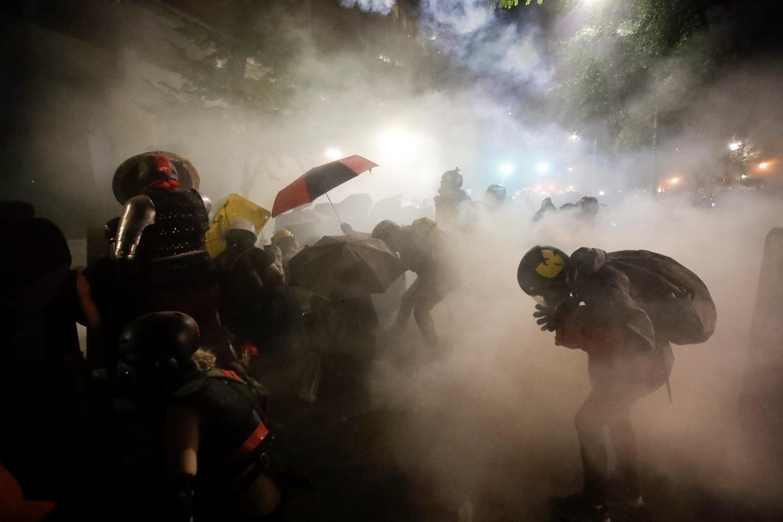 De federale oproerpolitie schiet traangas af op een groep demonstranten bij een Black Lives Matter protest in Portland, Oregon dit weekend.