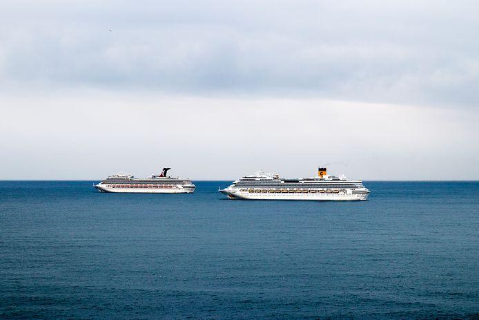Bijna alle cruiseschepen, op eentje na, liggen stil en wachten op betere tijden. Zoals hier in de haven van Civitavecchia.