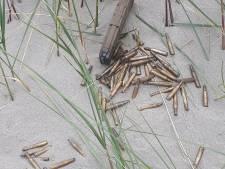 Strandgangers vinden munitie in het zand bij 's-Gravenzande