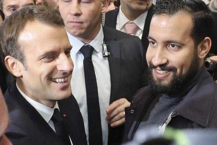 Benalla (rechts) met de Franse president Macron. Beeld AFP