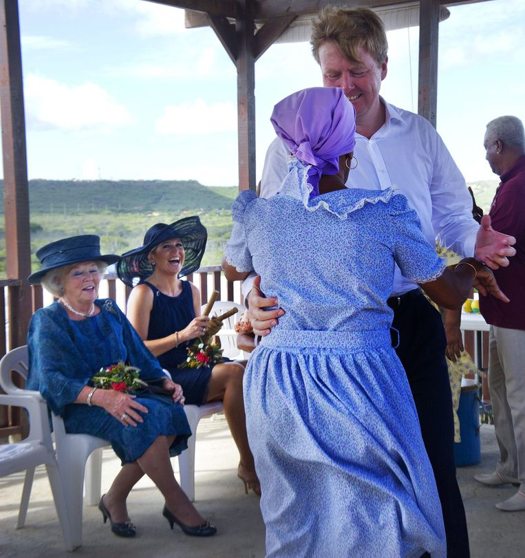 epa02987361 Dutch Crown Prince Willem-Alexander dances with a resident at the Rising Cultural Park of Bonaire, Mangazina Di Rei, during Dutch Queen Beatrix's visit to the island of Bonaire in the Caribbean Netherlands, 31 October 2011.  EPA/ROBIN UTRECHT Beeld EPA