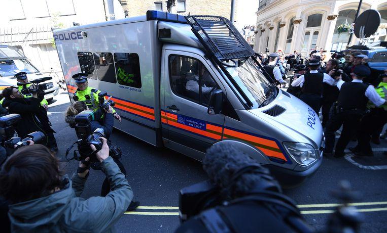 Een politiewagen met daarin Julian Assange arriveert aan de rechtbank van Westminster in Londen.Of de WikiLeaks-oprichter effectief uitgeleverd zal worden aan de Verenigde Staten zal nog moeten blijken: daarover wordt op 2 mei beslist. Beeld EPA