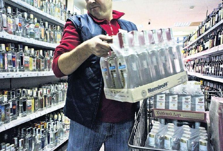 Het wodkaschap in een supermarkt. Beeld getty