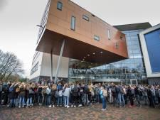 Massaal protest in Lochem tegen schorsing docent die porno keek in de klas