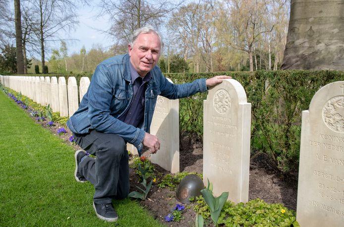Ton Dijkstra heeft onderzoek gedaan na gesneuvelde militair B. van de Wal tijdens Slag om de Grebbeberg in mei 1940, het graf op het Ereveld is leeg omdat er niets meer van hem is terug gevonden.