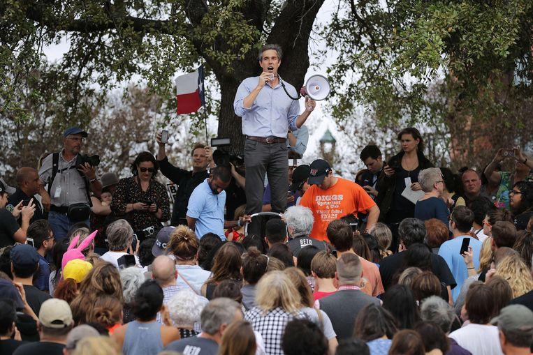 Beto O'Rourke spreekt het publiek toe tijdens een verkiezingsbijeenkomst.  Beeld AFP