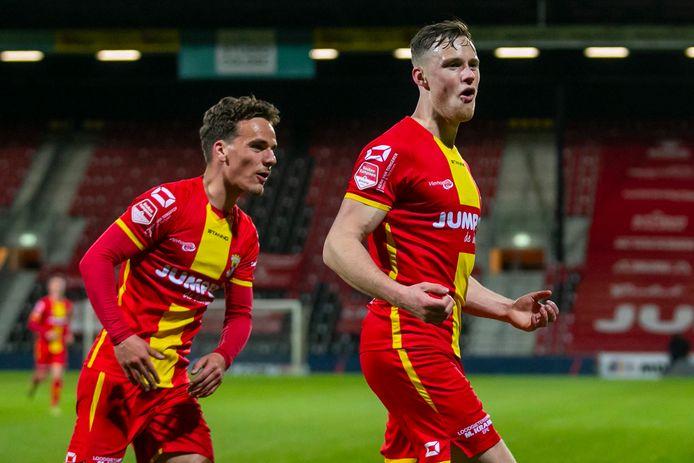 Go Ahead Eagles-speler Sam Beukema juicht na zijn treffer tegen Almere City.