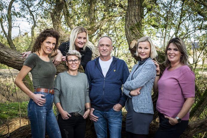 Boer Geert met zijn vijf vrouwen. Vera (links), Angela (linksboven) en Esther (rechts) waren zijn speeddates.