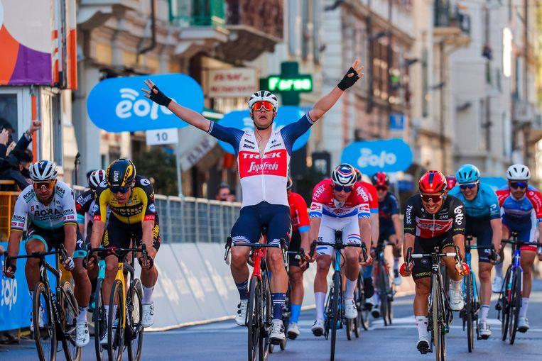 Jasper Stuyven maakt het zegegebaar in Sanremo. Hij klopt Caleb Ewan (r.), Wout van Aert (tweede van links) en Peter Sagan (l.). Beeld AFP