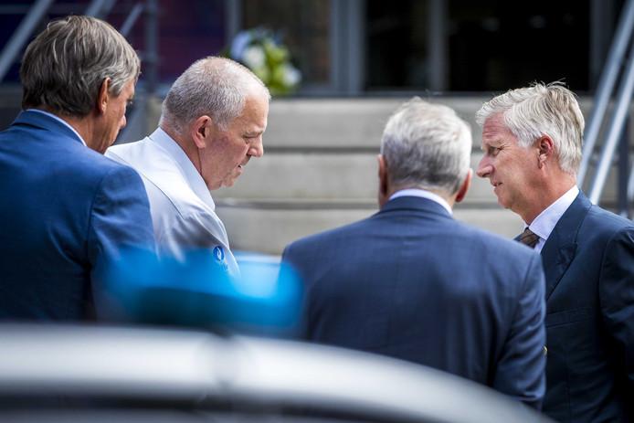 Koning Filip van België (r) tijdens zijn bezoek aan het politiebureau van Spa, vanmiddag, met naast hem (v.l.n.r.) minister van Binnenlandse Zaken Jan Jambon, provinciegouverneur Hervé Jamar en burgemeester Joseph Houssa.