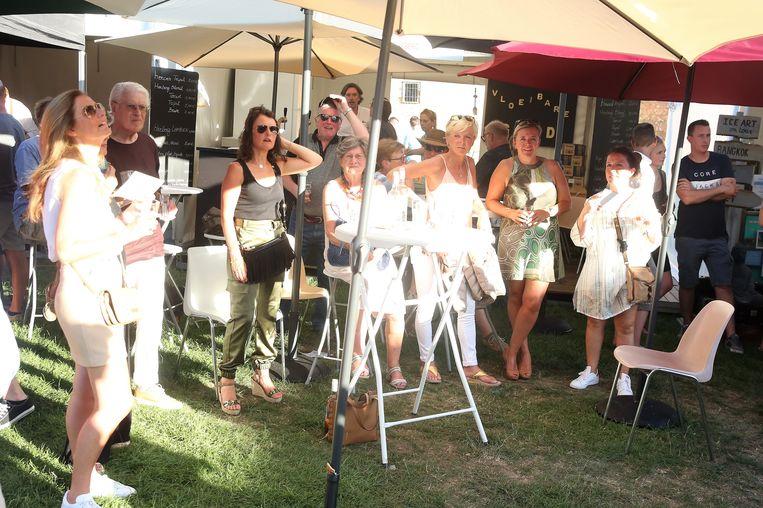 Genieten van de optredens gebeurde op de Kasteelfeesten zaterdag overdag vooral van onder de vele parasols.