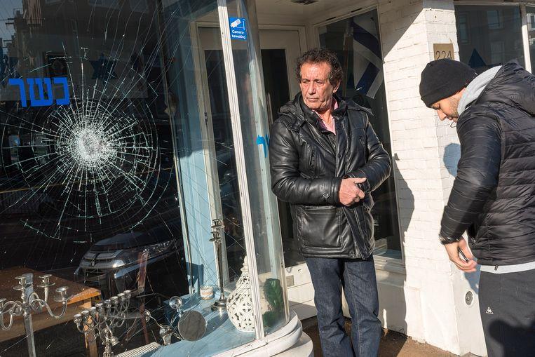 Daniel Baron, de eigenaar van het Joodse restaurant HaCarmel, neemt de de schade op. Beeld ANP