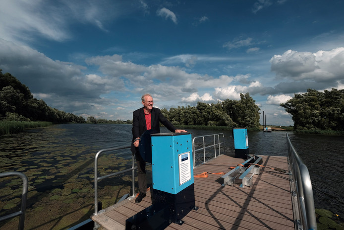 Wethouder Jos Lamers van Toerisme moest anderhalf jaar toekijken eer het trekpontje over de Oude Waal in Herwen te gebruiken is.