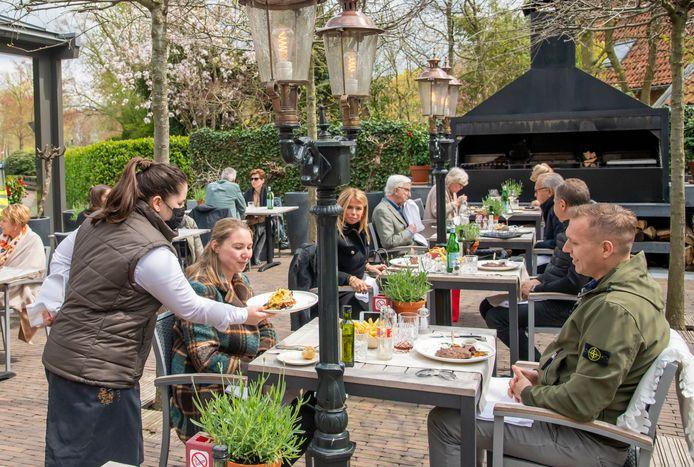 Op het terras van Salentein schuift men weer volop aan voor een lunch of een vroeg diner.