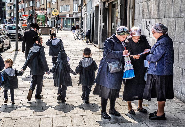 Militaire beveiliging in de Joodse buurt wordt per 1 seeptember stopgezet. De Antwerpse politie gaat de taken van beveiliging overnemen. Beeld Tim Dirven