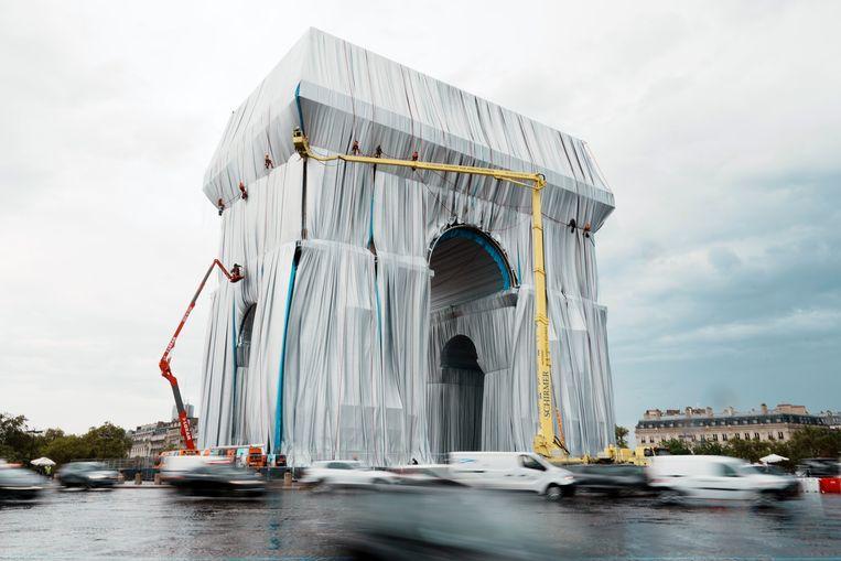 Medewerkers van CVJ Corp zijn bezig met de voorbereiding van L'Arc de Triomphe, Wrapped in Parijs. De ingepakte Arc de Triomphe is vanaf morgen tot en met 3 oktober te bezoeken. Beeld AP