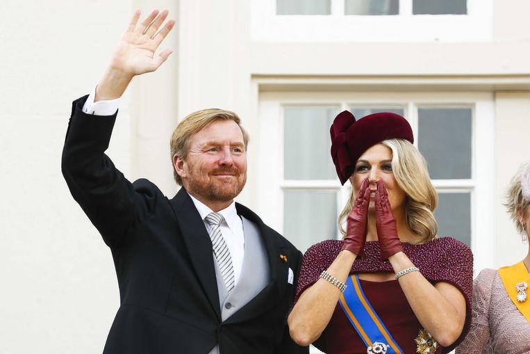 Koning Willem-Alexander en koningin Maxima zwaaien naar omstanders vanaf het balkon bij Paleis Noordeinde op Prinsjesdag.