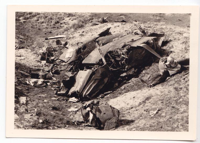 De raid naar Paderborn op 16 maart 1943 werd McGeehan en zijn Navigator, Flight Officer Pilot Reginald Charles Morris, noodlottig. Hier liggen de wrakstukken van hun Mosquito DZ497 verspreid in de duinen bij Den Hoorn, Texel. Beeld Collectie Gerard Groeneveld
