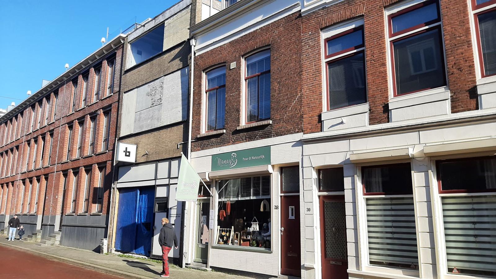 Het voormalige pand van dartscafé De Walrus staat al jaren te verloederen.