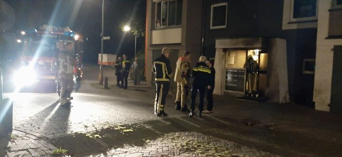 Brandweer en politie evacueerden de acht woningen in de flat na de brand.